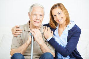 Betreuung eines älteren Mannes